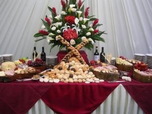 banquetes de comida nacional e internacional mesas de sushi y dulces