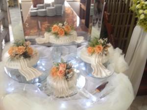 tortas para bodas con novios modelados o flores naturales